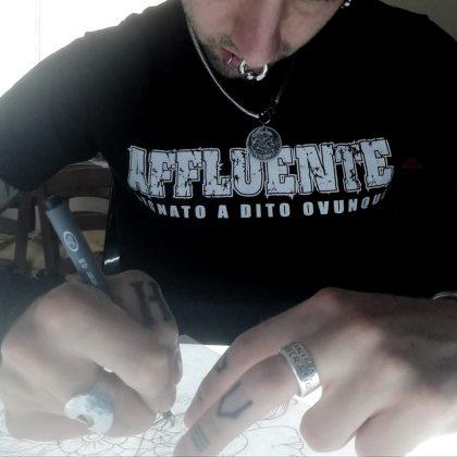 foto di Andrea disegnatore di punk hardcore artwork
